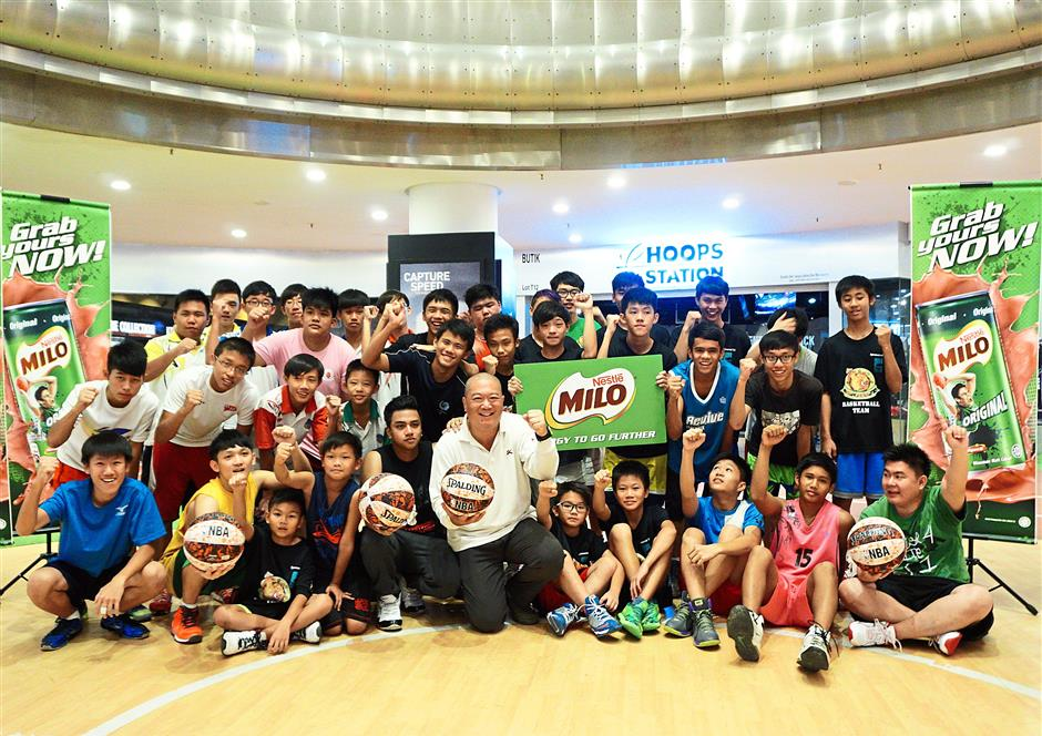 Ping Loong (centre, front row) with the participants of the AND1 freestyle coaching clinic at the scaled-down basketball half-court in Lot 10 shopping centre, Kuala Lumpur.