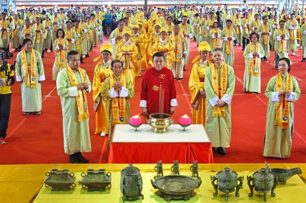 Dr Tang (in red robe) leading the grand prayer ceremony with other guests.