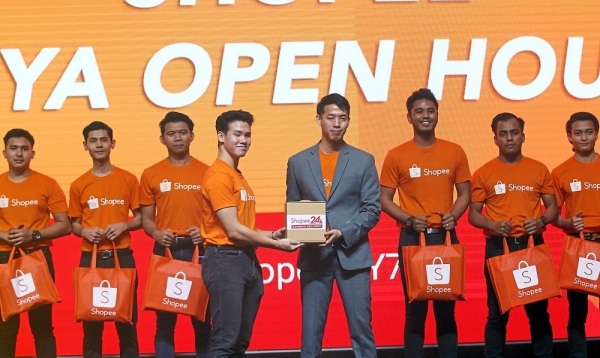Shopee Malaysia campaigns head Lok Weng Lum (fourth from right) introducing the Shopee24 Express Delivery at the Shopee Raya Open House. u2014 Photos: KAMARUL ARIFFIN/The Star