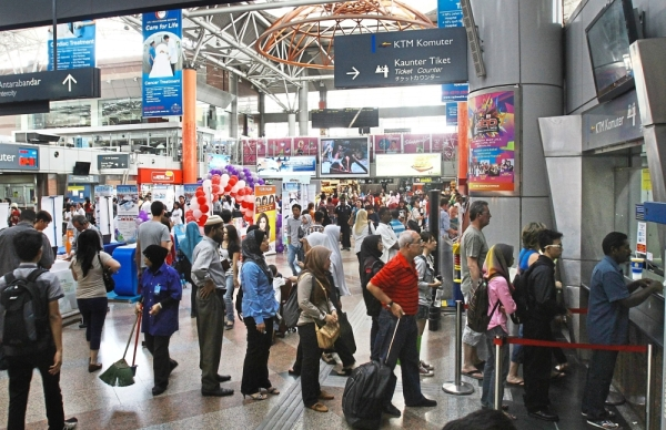 Travellers have to put up with long queues when they are forced to buy tickets at the KTM ticketing counter after failing to do so online because of KTM's problem-riddled website. — Filepic