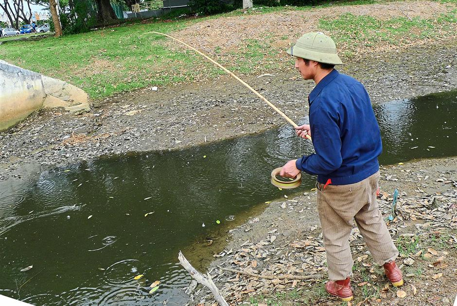 New friend: Mong Mong using a basic bamboo rod with a twist to catch haruan.