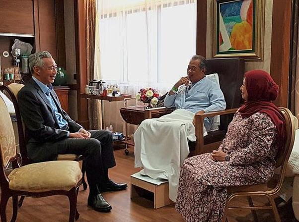 Friendly visit: Lee speaking to Muhyiddin and Noorainee at the Mount Elizabeth Hospital in Singapore.