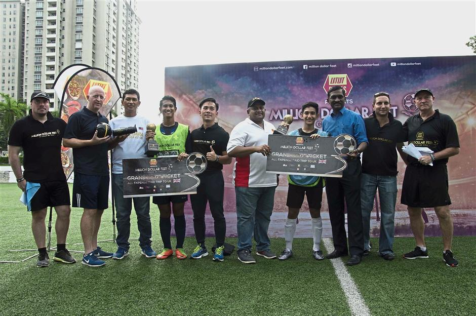 Diniz (fourth from left) and Wan Irfan (fourth from right) after receiving their grand prize. With them are McMahon (right), De Kretser (second right), Kamalanathan (third right) and representatives of sponsors and MDF officials.