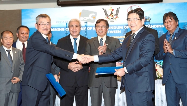 Strategic partnership: Hao (left) exchanging documents with Liaw. With them are Abang Johari (third from right) and Awang Tengah.