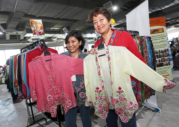 Mazu (left) and Azrina of Kebaya Nyonya Moleq debuted their kebaya collection for the first time at Star WOW Fiesta.