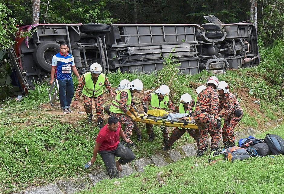 GERIK, 19 Jun -- Anggota Bomba dan Penyelamat membantu mangsa bas ekspres yang terbabit dalam kemalangan di Kilometer 24 Jalan Raya Timur-Barat (JRTB) Gerik-Jeli hari ini.Dalam kejadian tersebut seramai 12 mangsa termasuk seorang bayi cedera selepas bas yang dinaiki mereka dari Kuala Terengganu ke Perlis dipercayai terbabas ketika cuba mengelak sebuah kereta dari arah bertentangan kira-kira 3.40 petang tadi.Bas tersebut dipercayai membawa 29 penumpang.-- fotoBERNAMA (2018) HAK CIPTA TERPELIHARA