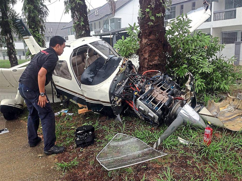 Plane crashes on golf course | The Star Online