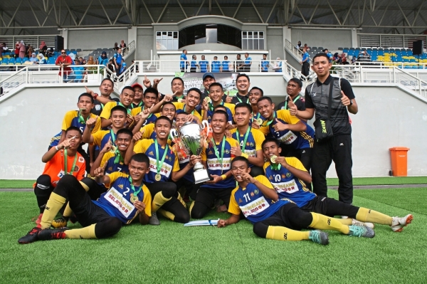 SMK Dato' Harun players and coaches with the Datuk Mokhtar Dahari Charity Shield Cup.