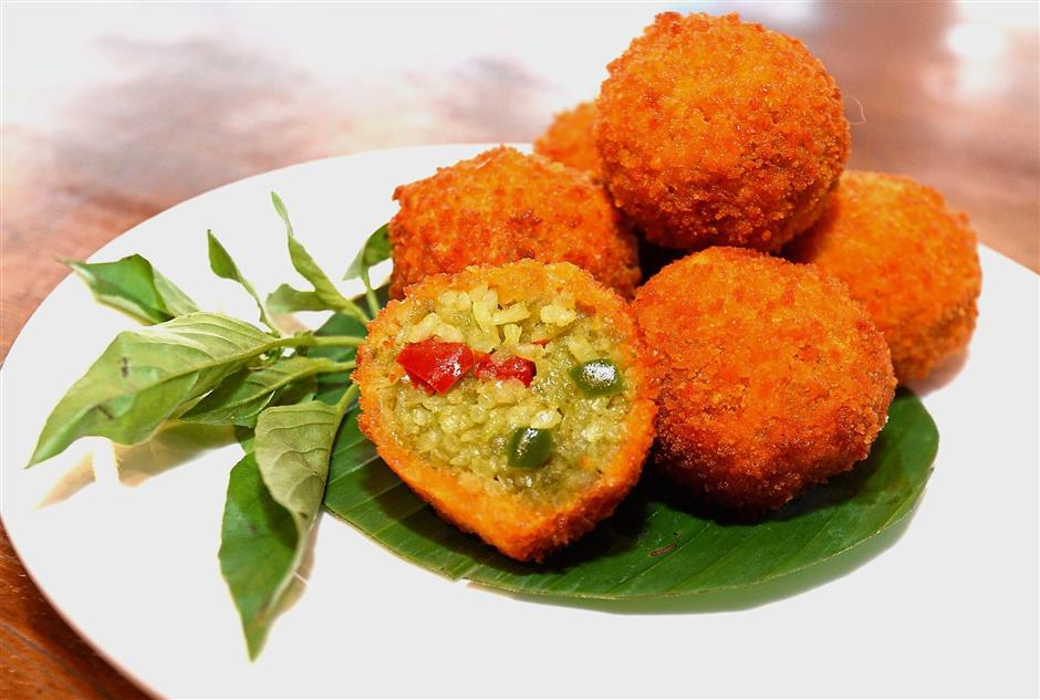 Kao gaeng thod is deep-fried green curry rice balls.