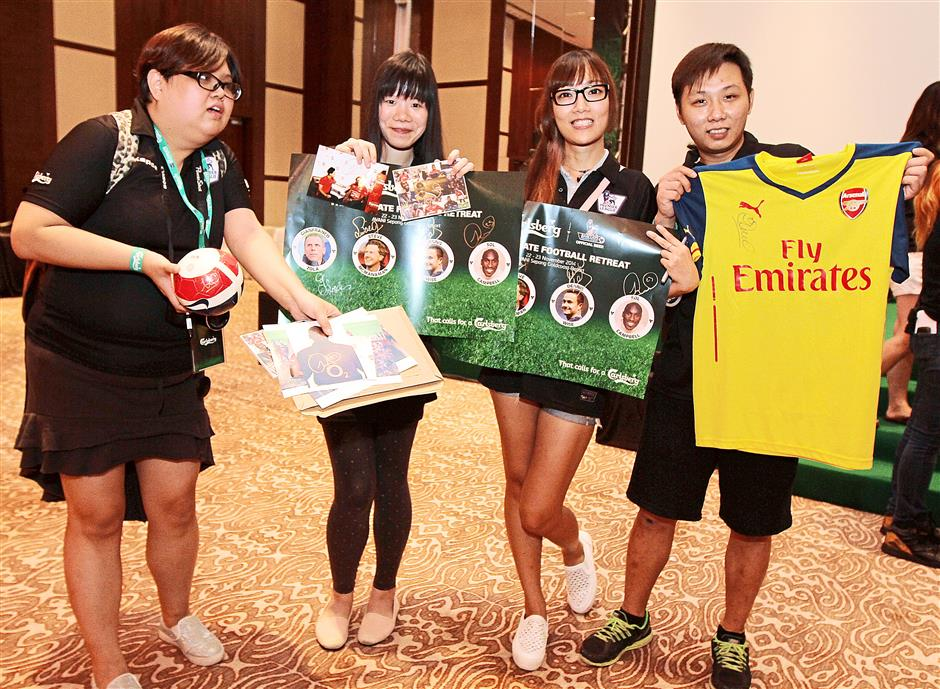 (from left) Tammy Ng, Joey Wong, Agnes Lam and Chun Ng from Hong Kong with autographed memorabilia
