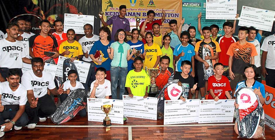 Gan with the winners in the respective categories with their prizes.