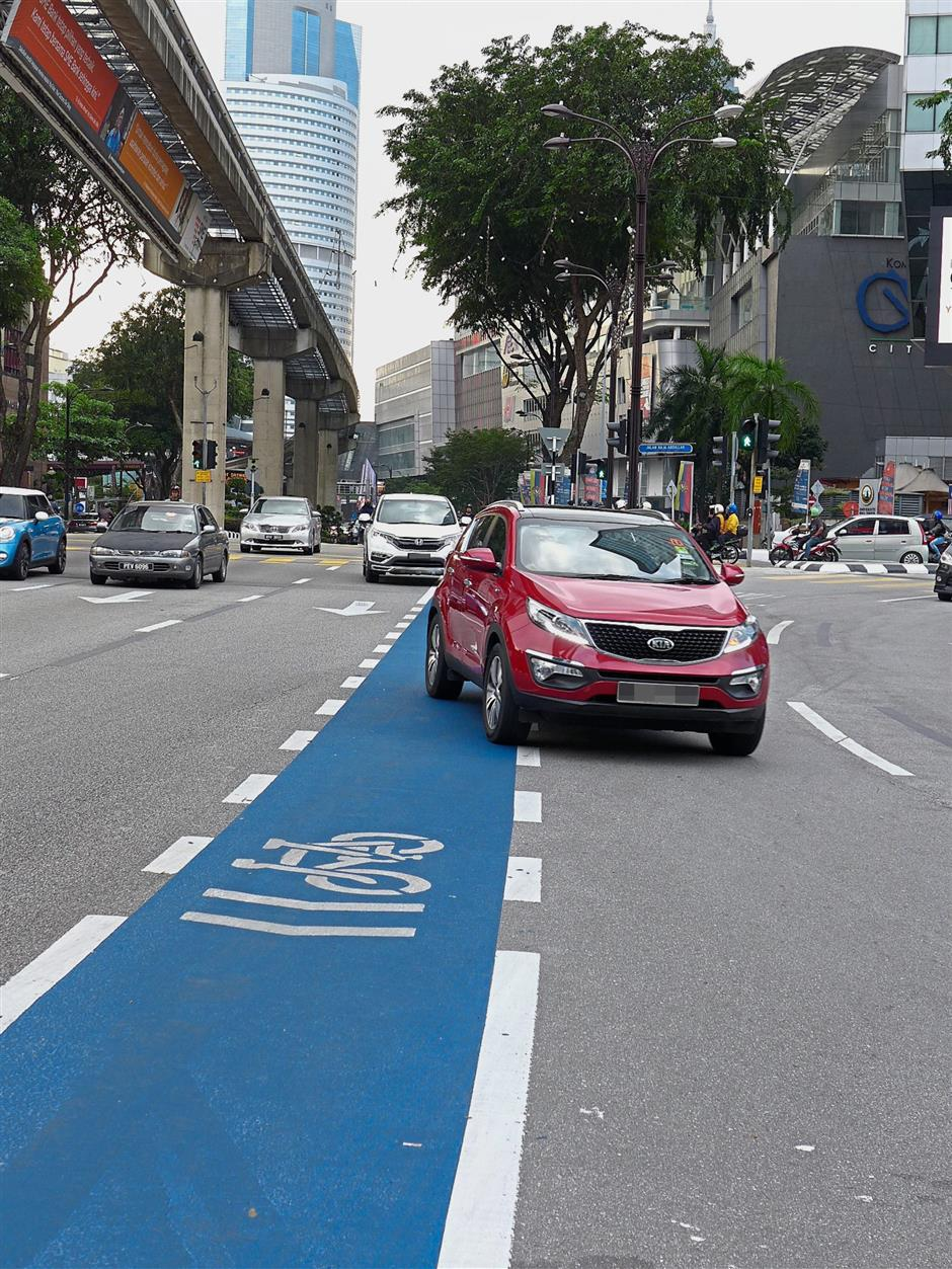 This part is dangerous for cyclists as traffic from Jalan Sultan Ismail goes left across the bicycle lane to head towards Akleh while traffic from Kampung Baru cuts across right to Jalan Sultan Ismail.
