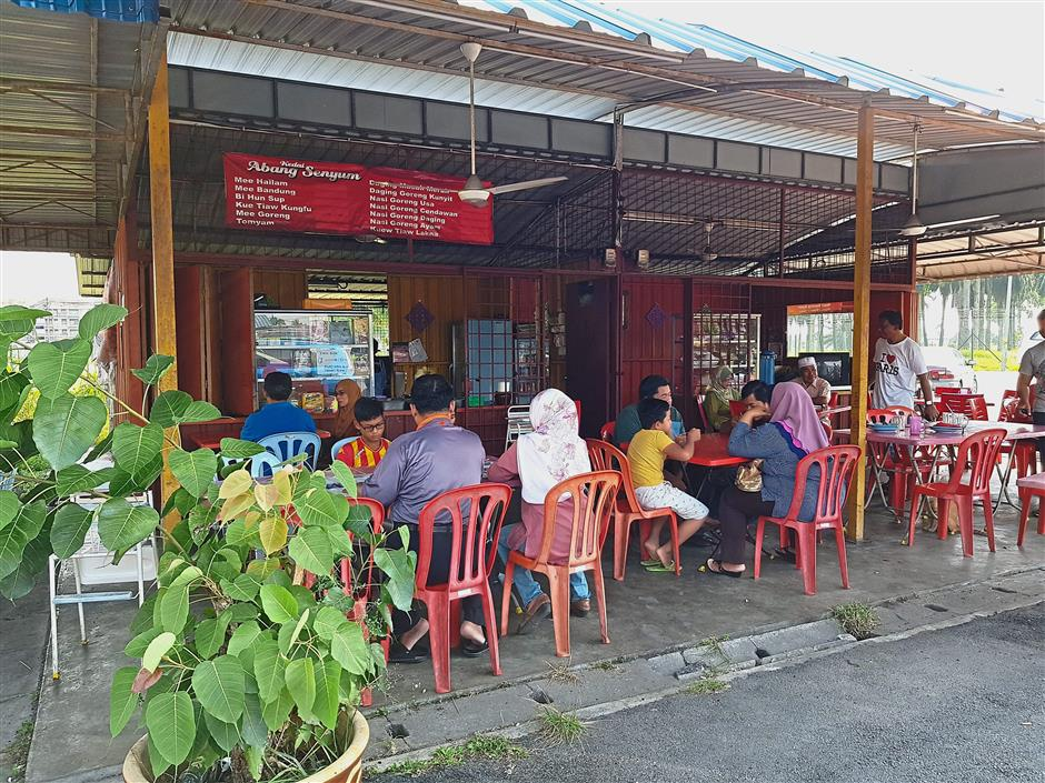 Voters stopped at stalls like this at Chodoi in Kuala Langat to enjoy the beverages and local fare on a hot and humid day.