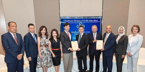 Upsized facility: Hou (left) and Mizuho Bank CEO Shojiro Mizoguchi at the signing event.