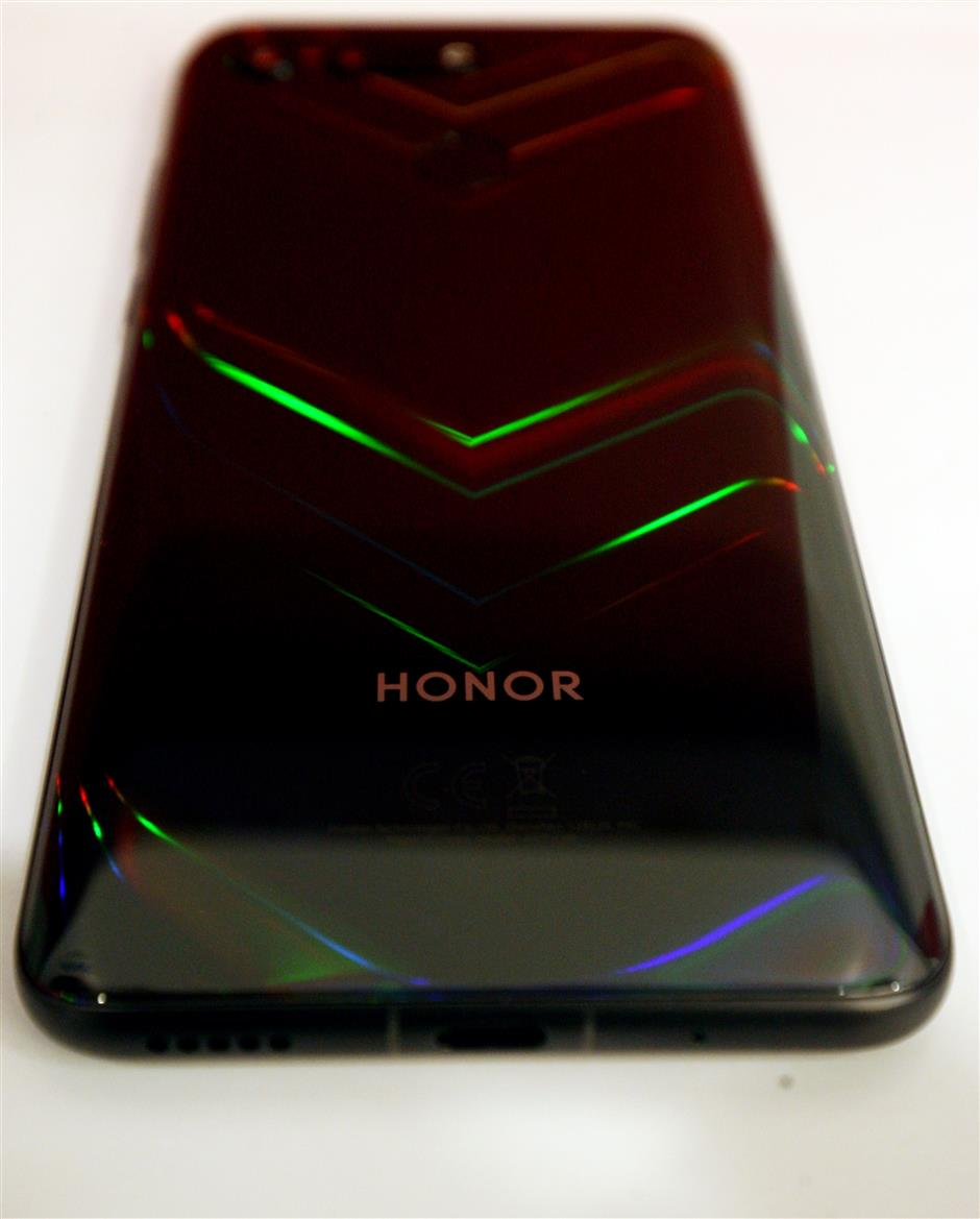 """Honor has its vivid chevron patterns on the back of View 20 which """"move"""" in various colours at different angles. — FAIHAN GHANI/The Star"""