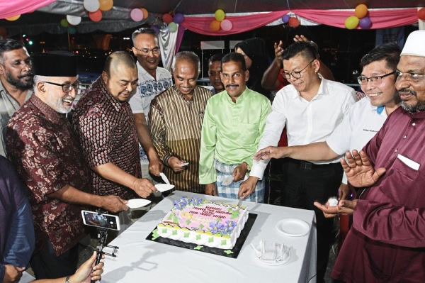 (From right) Teh and Mohamed Yusoff with Shamsubahrin (second left) and other officials cutting the cake at the event.