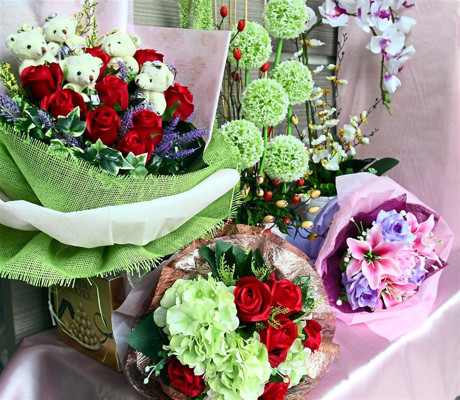 On sale: Various bouquets of artificial flowers.