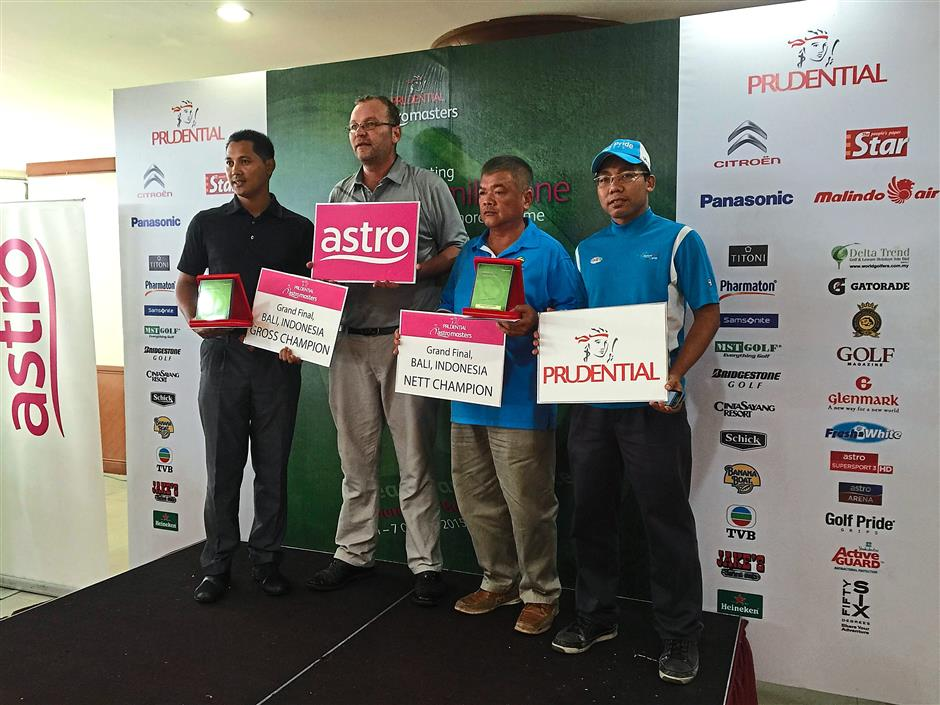 3 Fakhrul Azmi (left) and Chen Kwee Sang (third from left) won tickets to the grand final at the final qualifying leg at Kelab Rahman Putra. Mohd Rezal (right) of Golf Pride and Jean Daniels of 56 Degrees gave away the prizes