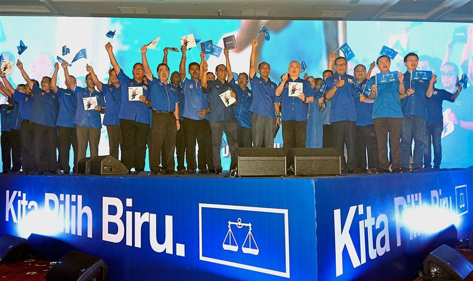 Promising future: Mohamed Khaled, MCA deputy president Datuk Seri Dr Wee Ka Siong and other Barisan leaders at the launching of the Johor Barisanu2019s manifesto for GE14.