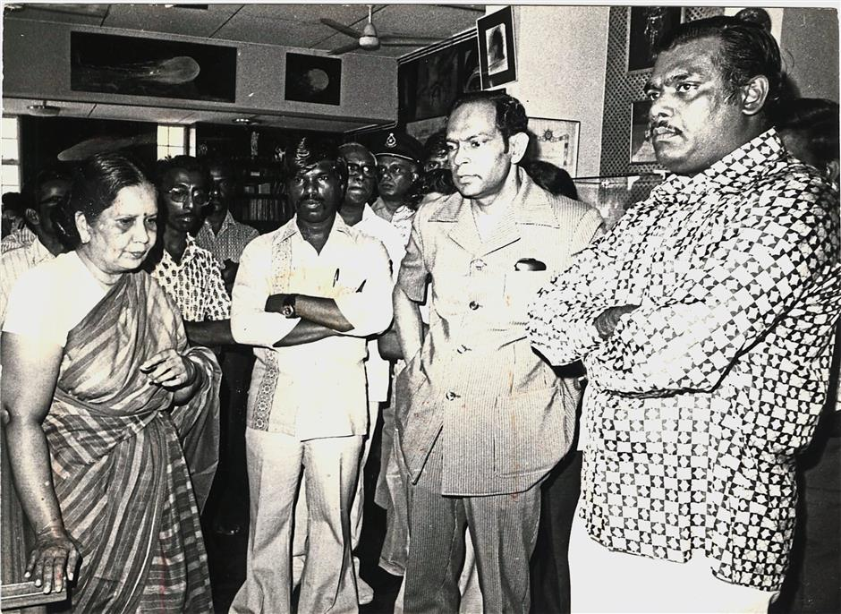 Dark day: Uma at her husband's funeral with MIC national president Tan Sri Manickavasagam and Deputy Labour and Manpower Minister K. Pathmanabhan.