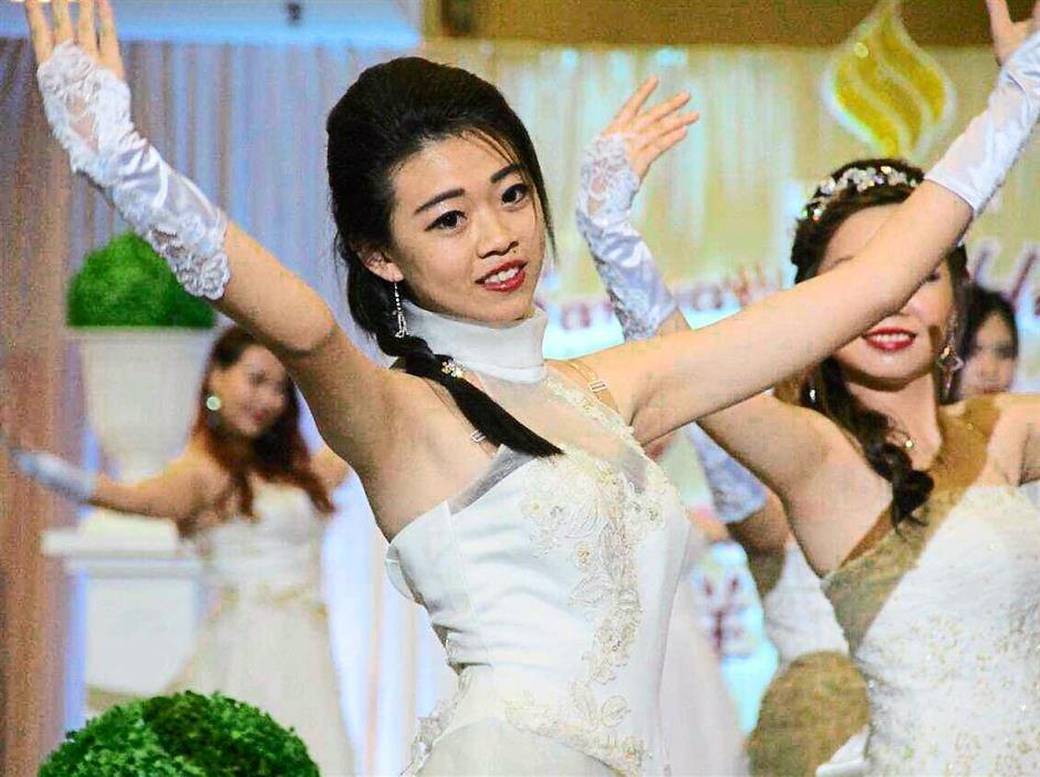 pix 3: Extra merriment: Dancers from a group, Powertive entertainingthe crowd.