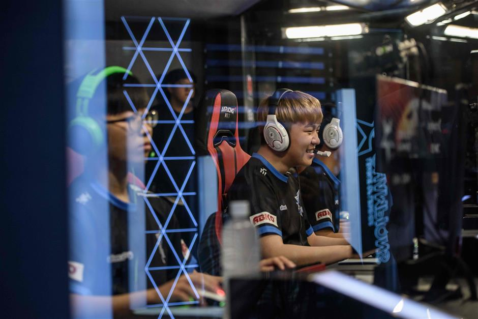 In a photo taken on July 11, 2018, members of professional eSports team \'Afreeca Freaks\' prepare to compete in a \'League of Legends\' competition in Seoul. South Korea enjoys ultra-fast broadband and a vibrant Internet culture, and internet cafes armed with powerful high-end computers catering to school-age gamers can be found on many street corners. / AFP PHOTO / Ed JONES / TO GO WITH SKorea-eSports, FOCUS by JUNG Hawon
