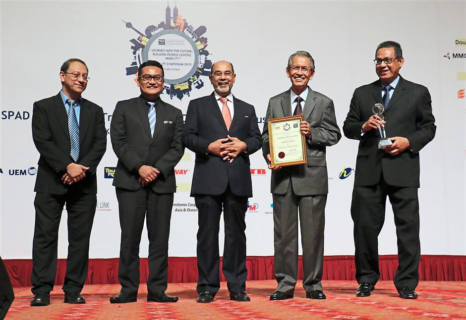Prasarana Malaysia's top brass turned out in full force to receive two important awards – Best Rail Operator for 2015 and Best Innovation Award. Seen here are (from left) SPAD chief development officer Dr Prodyut Dutt, SPAD chief executive officer Mohd Azharuddin Mat Sah, SPAD chairman Tan Sri Syed Hamid Albar, Prasarana chairman Tan Sri Ismail Adam and Prasarana group chief executive officer and president Datuk Azmi Abdul Aziz.