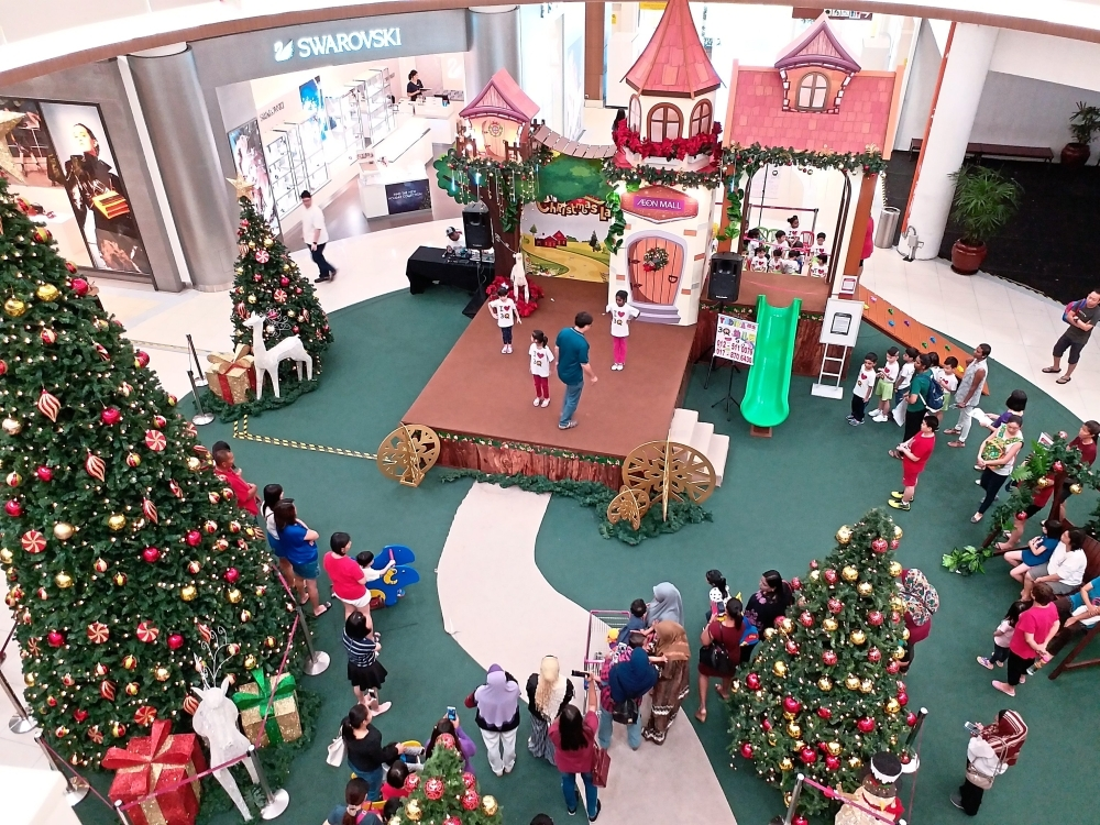 The Christmas decoration at Aeon Mall Station 18 in Ipoh.