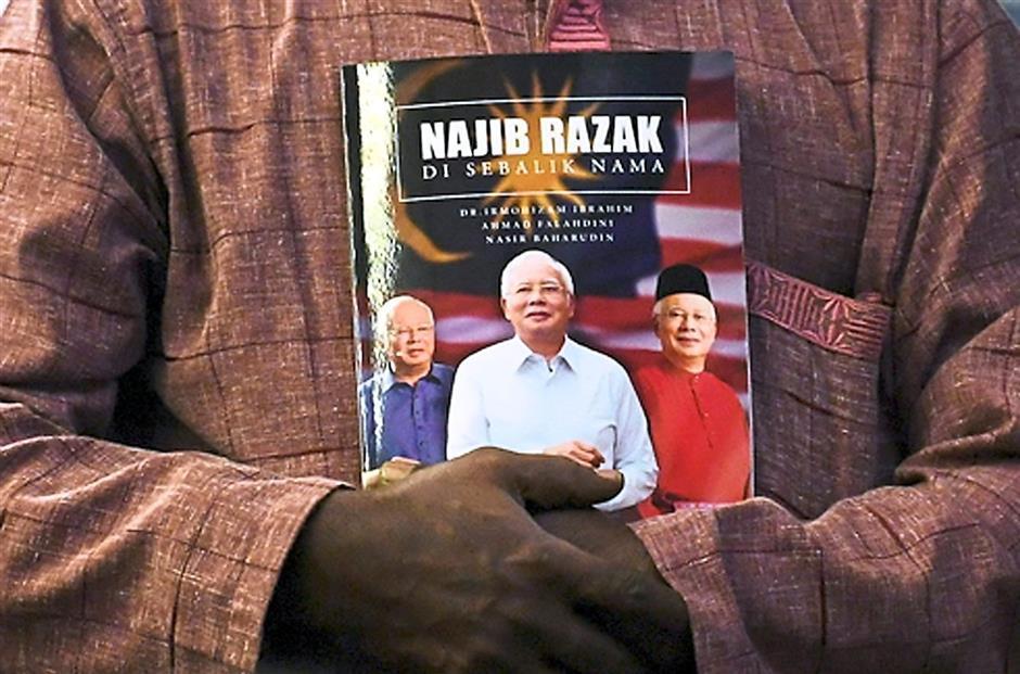 PEKAN, 20 Mei -- Penyokong setia membawa buku Najib Razak Di Sebalik Nama pada Perasmian Mesyuarat Berkelompok Persidangan Agung Cawangan-Cawangan UMNO Bahagian Pekan yang disempurnakan bekas Perdana Menteri Datuk Seri Najib Tun Razak di Bangunan UMNO Pekan hari ini.--fotoBERNAMA (2018) HAK CIPTA TERPELIHARA