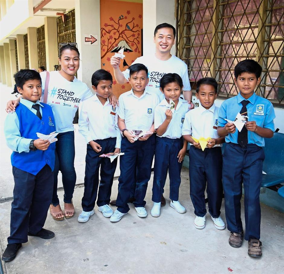 Star presence: Ann (second from left) and 100 Project co-founder Andrew Yong with students from SK Kampung Contoh in Sabah.