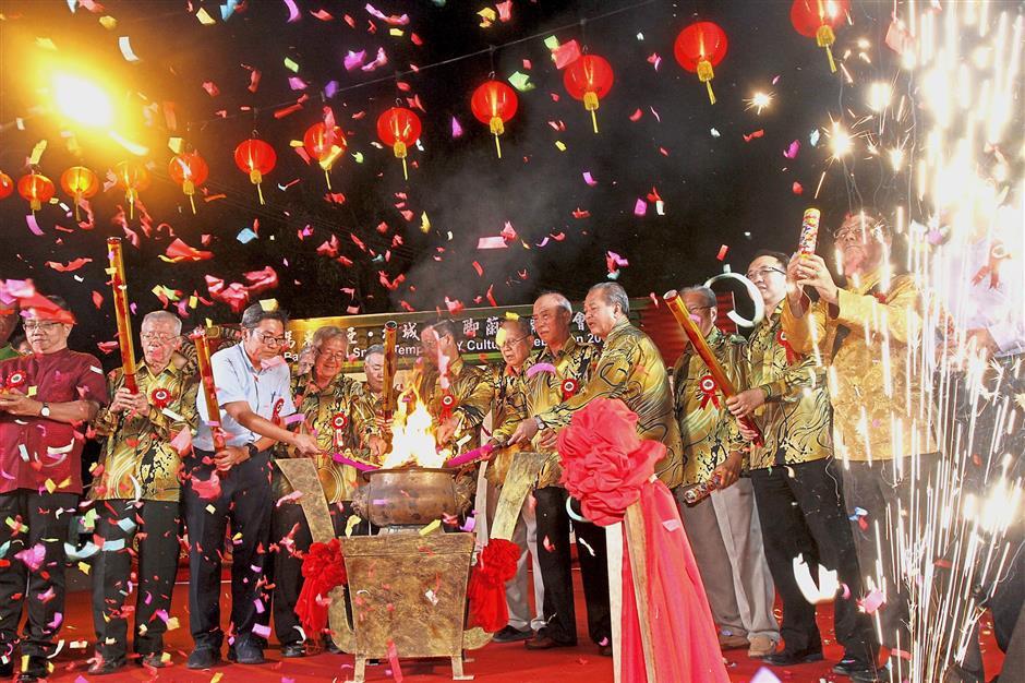 Guan Eng (centre) and committee members of the Penang Hokkien Kongsi launching the Penang Ban Ka Lan Snake Temple flame-watching ceremony.