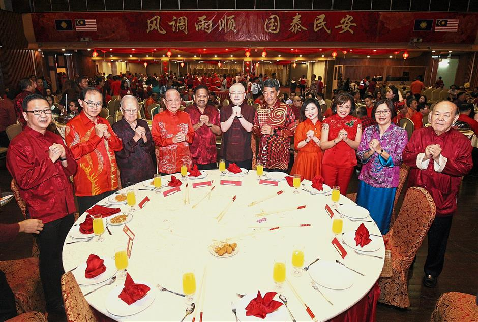 Warmest wishes: Dr Wee (centre) celebrating the occasion with (from left to right) Gerakan president Datuk Dominic Lau, MCA deputy president Datuk Dr Mah Hang Soon, former deputy president Tun Michael Chen, former president Tan Sri Tan Koon Swan, Vigneswaran, Mohamad, Dr Wee's wife Datin Seri Jessica Lim Hai Ean, Tan's wife Puan Sri Penny Chang, Dr Mah's wife Datin Lim Soo Lee and Chinese Association Malaysia (Huazong) honorary life president Tan Sri Ng Teck Fong at Wisma MCA. — FAIHAN GHANI/The Star.