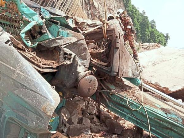 Rockfall in quarry kills man operating excavator (updated