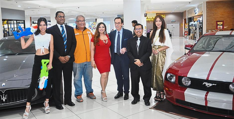 (From second left) Seremban Prima centre manager Narendra Kumar, Mean Machines event organiser Andrew Chan, events emcee Anne V, Royale Chulan Hotel general manager Leo Kuscher and Noor Fadzli flanked by models.