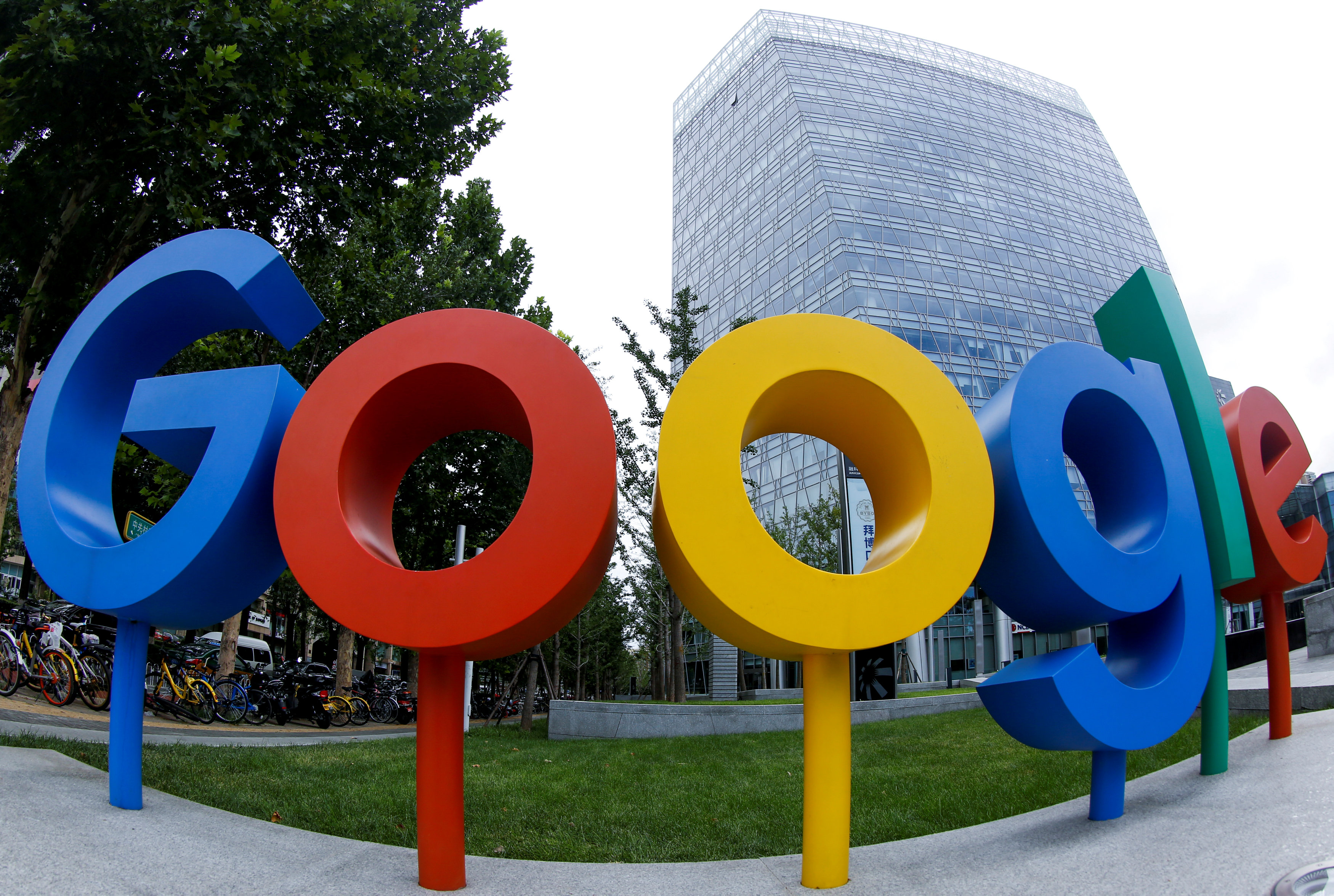 FILE PHOTO: The logo of Alphabet Inc\'s Google outside its office in Beijing, China August 8, 2018.  REUTERS/Thomas Peter/File Photo