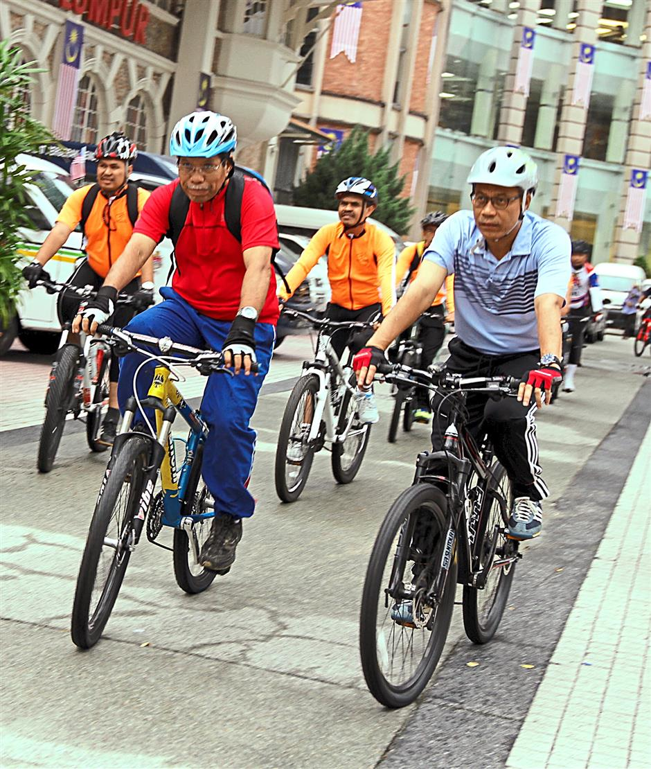 Kuala Lumpur mayor Datuk Seri Ahmad Phesal Talib (in red) starting out from Dataran Merdeka with the media and other DBKL officers to check out the route that connects to the motorcycle lane just outside Mid Valley.