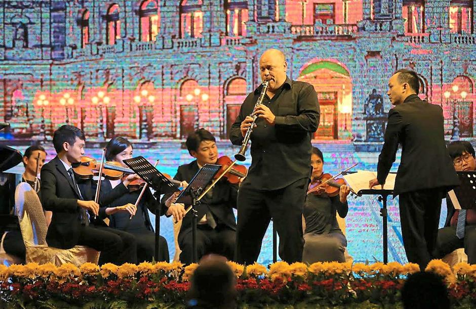 ipabach200815 1... Main feature of the night, clarinet soloist Andrew Simon (foreground, centre, standing) enchanting the audience with his instrument as conductor Eugene Pook (right) conducts the others during PSPA International Ensembles A Night of Musical Kaleidoscope - From Bach to Yiruma at Syeun Hotel on Aug 20.
