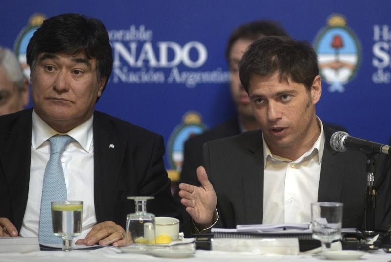 Argentina\'s Economy Minister Axel Kicillof (R) talks to legislators while debating at the Congress the bill to pay the debt at the Banco Nacion Fideicomiso next to Argentina\'s Presidency Secretary General Carlos Zannini, in Buenos Aires on Aug 27, 2014 - AFP Photo.
