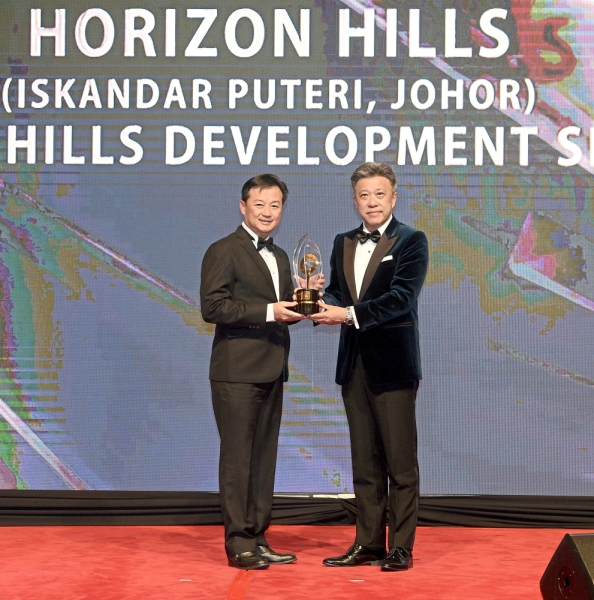 Wong (right) presenting the Luxury Series Award - The Best Luxury Development (Bungalow Residence) to Horizon Hills Sdn Bhd general manager Jim Woon.
