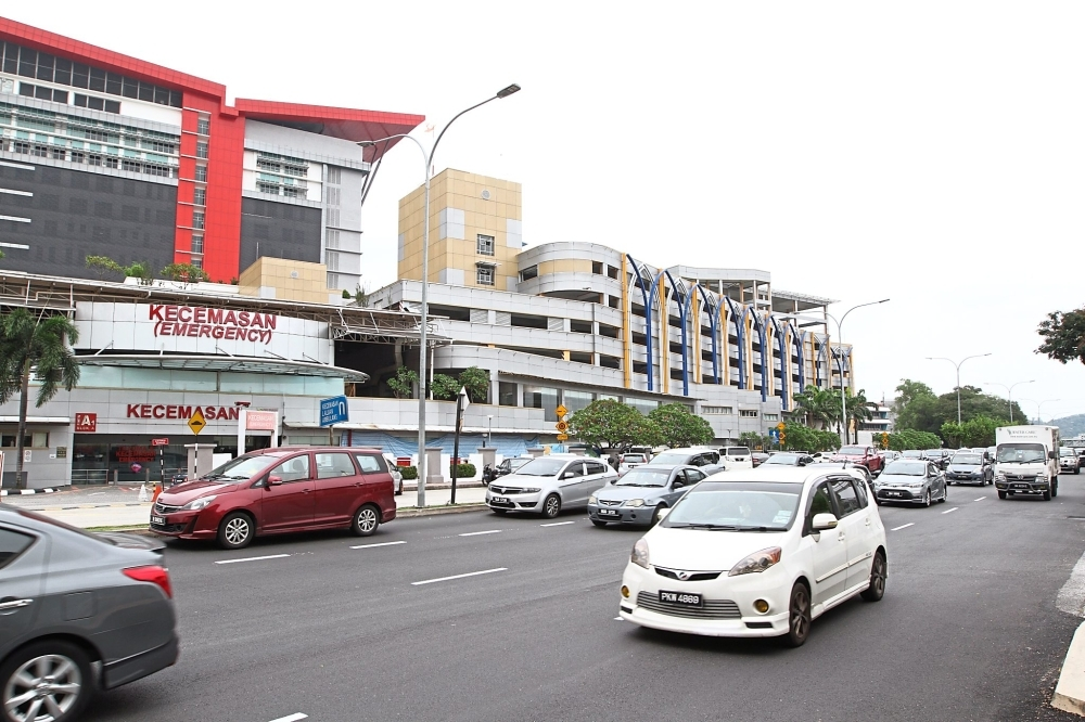 The traffic lights need to be adjusted to help patients reach UMMC on time. u2014 filepic