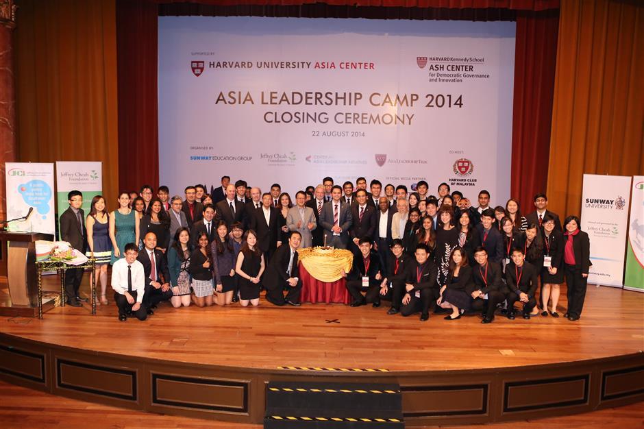 Tan Sri Dr Jeffrey Cheah with Harvard trekkers during the Asia Leadership Camp 2014 at Sunway University.