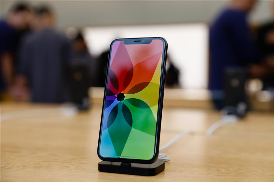 The new iPhone X is seen in the Apple Store Union Square on November 3, 2017, in San Francisco, California. Apple\'s flagship iPhone X hits stores around the world as the company predicts bumper sales despite the handset\'s eye-watering price tag, and celebrates a surge in profits. / AFP PHOTO / Elijah Nouvelage