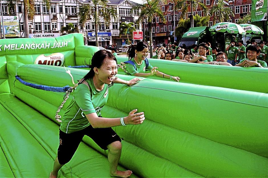 iphmilo2211... Participants taking part in various fun and games at Milo's Flame of Energy initiative at Dataran Kampar on Nov 16.