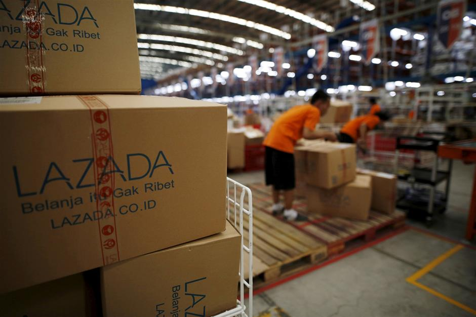 FILE PHOTO: Employees at online retailer Lazada fill orders at the company\'s warehouse in Jakarta, Indonesia April 15, 2016. REUTERS/Darren Whiteside/File Photo