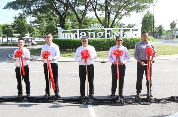 (From left) Lam, Gamuda Land project director Aw Sei Cheh, Leong, Sallehudin and Public Works Department road engineer Ahmad Farsi Mohd Gazali launching the opening of Jalan BKK Utama and the community hall.