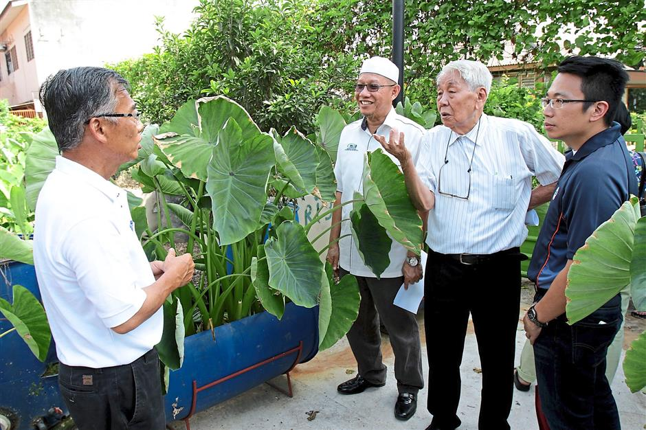 3 Charity Fruit Basket Society of Klang president Chew Soong Kong (left) is chatting with Selangor Urban Farming Association president Jeff Kong (his right), urban division agriculture department director mohd yunus ismail (left) and Associate Chinese Chambers of Commerce and Industry Msiaysia (ACCIM) executive adviser Tan Sri Soong Siew Hoong (second right)