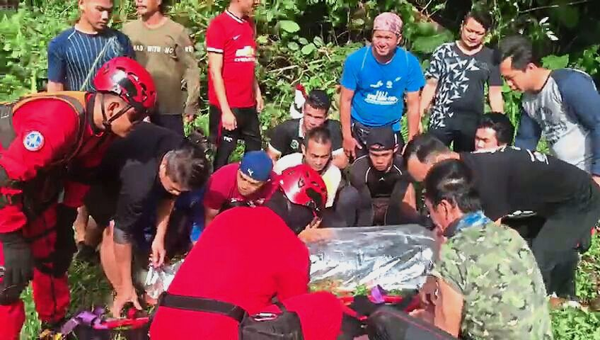 Sarawak Fire and Rescue Department transporting Bevan's body from Mulu National Park to Miri.