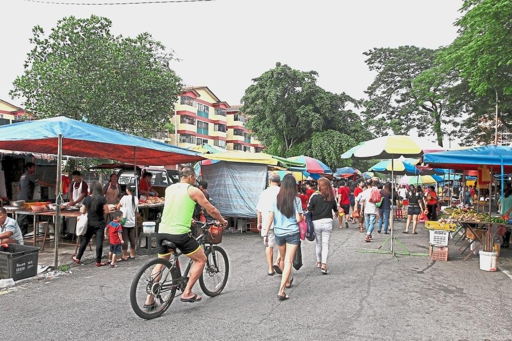 The Bandar Sungai Long morning market in Persiaran SL1, Bandar Sungai Long. MPKj plans to move the market to an empty plot of land (below) just beside Taman Taming Indah. u2014 Photos: LOW LAY PHON/The Star