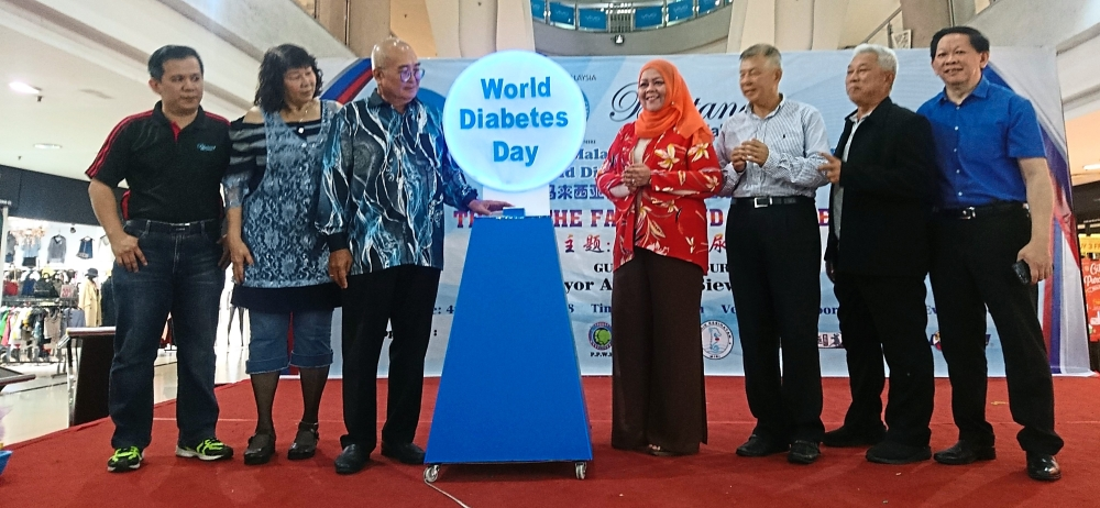 Yii (third from left) officiating the World Diabetes Day 2018 event as Ting (third from right) and Supt Law (second from right) look on.