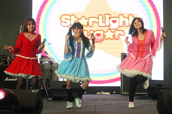 (Right) Starlight Sugar treated visitors to an electrifying performance as the opening act at Star Supa Comic.